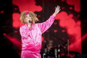 Sängerin als Cindy aus Marzahn verkleidet