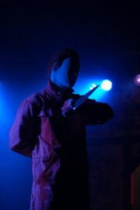 Sänger als Michael Meiers im blauem Licht