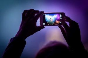 Zuschaue fotografiert Band mit Handy