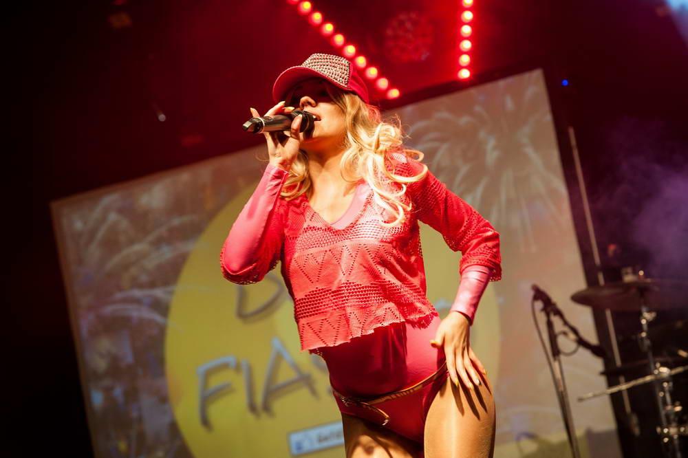 Sängerin im sexy pinken Body als Madonna verkleidet für den Song hang Up