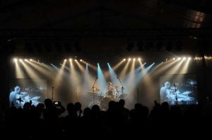 Bühne mit Publikum im Vordergrund, während Schlagzeuger ein Drumsolo spielt.