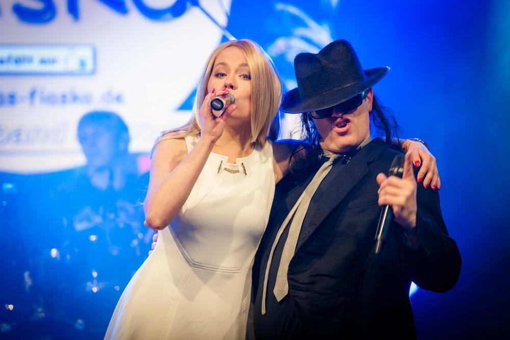 Sängerin als Helene Fischer und Sänger als Udo Lindenberg singen zusammen ein Duett