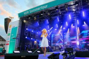 Sängerin als Marylin Monroe verkleidet auf der NDR Sommertourbühne
