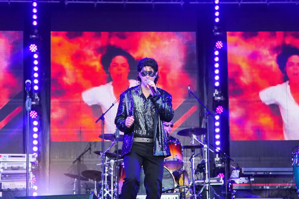 Sänger als Michael Jackson verkleidet auf der NDR Sommertour Bühne. Im Hintergrund Videoleinwände mit Bild von Michael Jackson