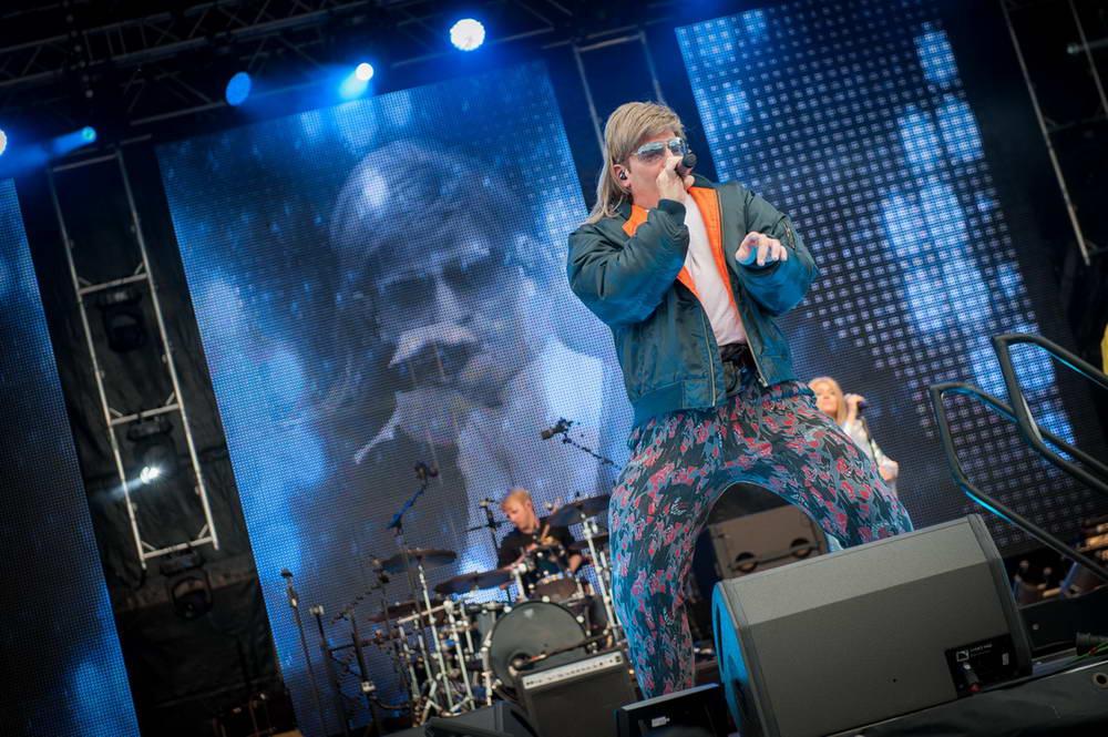 Sänger als Mike Hansen verkleidet auf der NDR Sommertourbühne