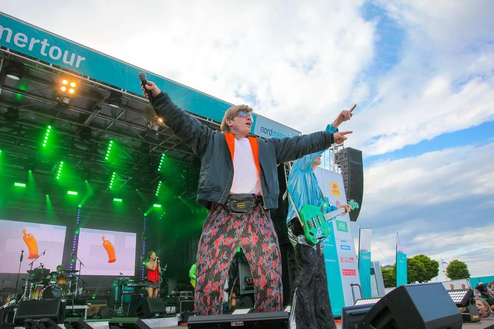 Sänger als Mike Hansen verkleidet auf der NDR Sommertour