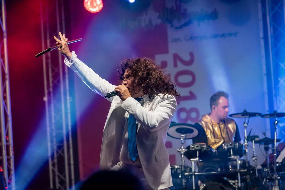 Sänger als Patrick Fernandez verkleidet. Im Hintergrund sieht man den Schöagzeuger