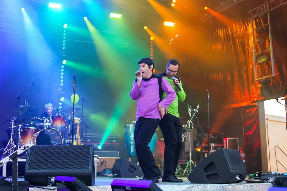 Spucki auf der NDR-Sommertourbühne mit Schlagzeuger im Hintergrund