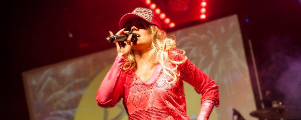 Titelbild Videos, Sängerin mit blonder Perück und Cappy