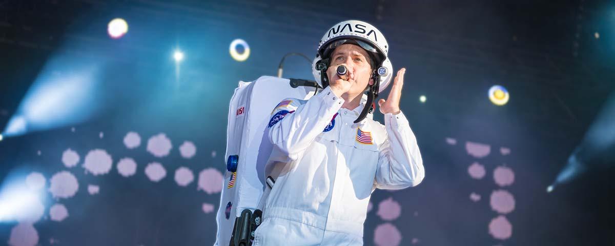 Titelbild Fotogallery, Sänger im Raumfahreranzug als major Tom