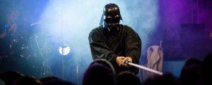 Slider oben, Sänger als Darth Vader verkleidet