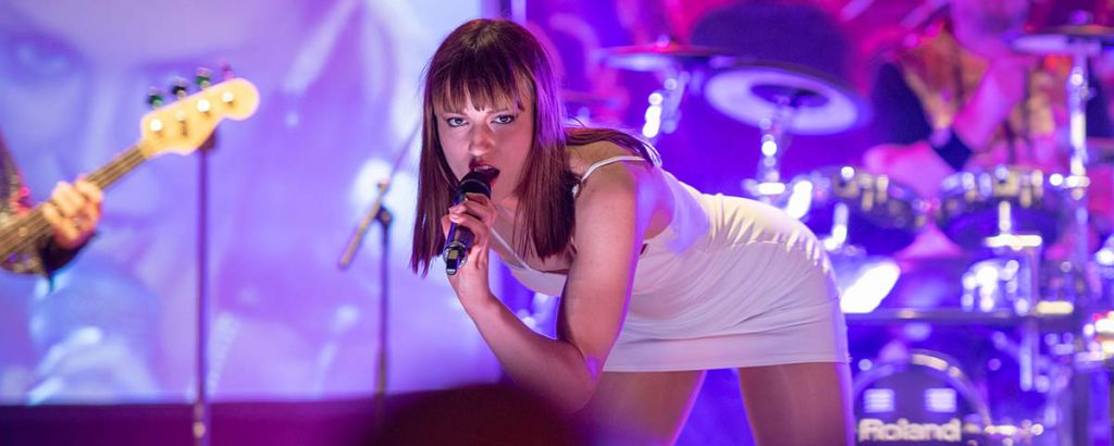 Slider oben, Sängerin im sexy, kurzem Kleid als Kylie Minoque