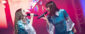 Slider oben, Sängerinnen verkleidet als ABBA
