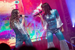 Zwei Sängerinnen in ABBA-Kostümen