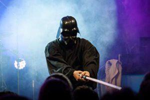 Sänger der Partyband 'Das Fiasko' als Darth Vader verkleidet
