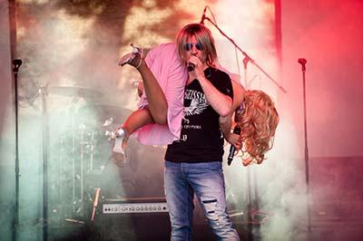 Sänger der Partyband 'Das Fiasko' als Robert Geissen verkleidet