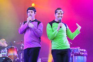 Zwei Sänger der Liveband 'Das Fiasko' als warme Brüder von Traumschiff Surprise