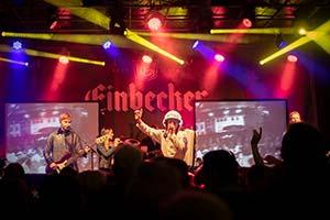 Sänger als Major Tom verkliedet. Foto aus dem Publikum heraus gemacht.