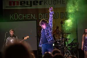 Bild vom Sänger als Wolfgang Petry. Im Vordergrund Publikum.