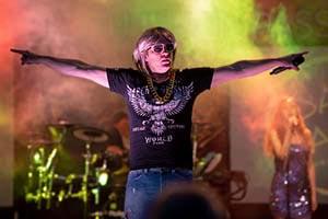 Sänger als Robert Geissen im Geissini T-Shirt mit dicker Goldkette