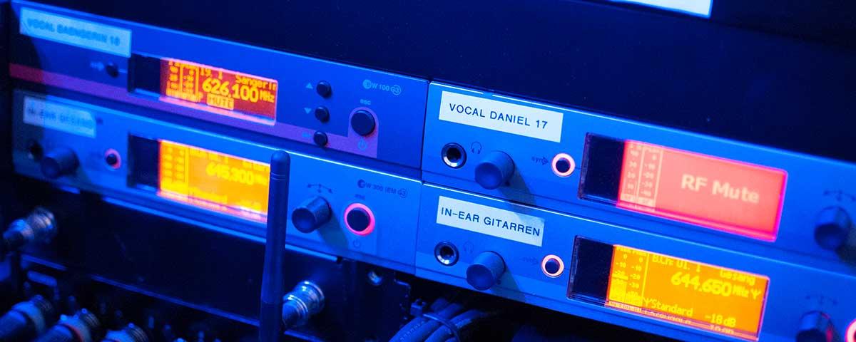 Titelbild für Tontechnik. Vier Sender in einem Rack eingebaut.
