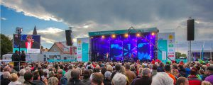 Titelfoto. Große NDR Sommertour-Bühne von vorne.