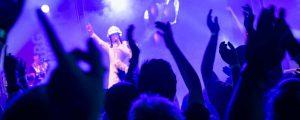 Titelbild zeigt Sänger als Major Tom aus dem Publikum heraus fotografiert.