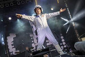 Sänger mit Raumfahreranzug singt Major Tom.