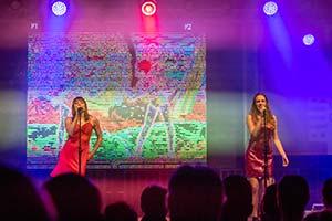 Beide Sängerinnen vor großer LED Leinwand auf der NDR Sommertour Bühne