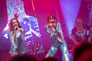 Sängerinnen Als ABBA verkleidet