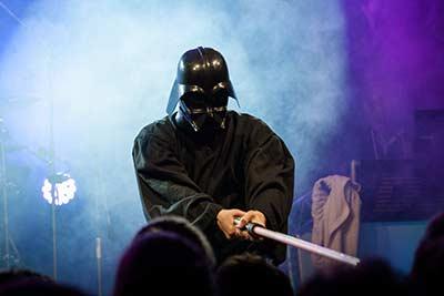 Sänger als Darth Vader verkleidet auf einer Betriebsfeier