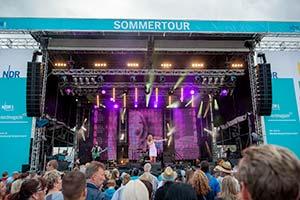 Blick über viel Publikum hinweg zur NDR-Sommertourbühne
