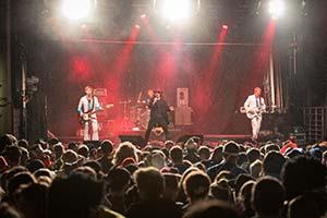 Blick über viel Publikum hinweg zur Bühne