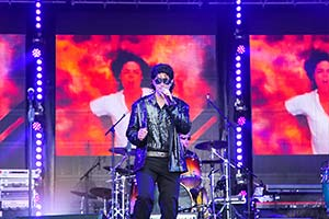 Sänger als Michael Jackson verkleidet auf großer Bühne vor LED-Leinwand