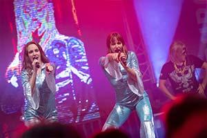 Beide Sängerinnen im ABBA Kostüm singen Waterloo