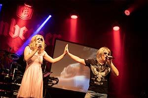 Sänger und Sängerin Hand in Hand auf einer Stadtfestbühne