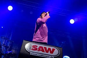 Spucki auf der SAW Bühne im blauem Licht