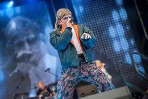 Sänger als Mike Hansen auf der Bühne