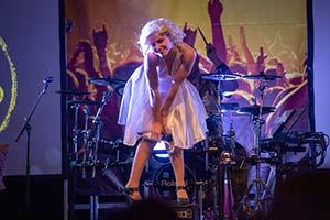Unsere Sängerin als Marylin Monroe steht auf eine Box und macht die berühmte Monroepose