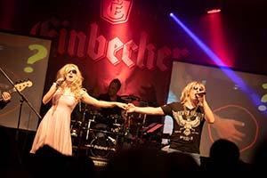 Unser Sänger und unsere Sängerin Hand in Hand auf einer Stadtfestbühne