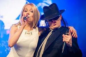 Sänger als Udo Lindenberg mit Sängerin im Arm