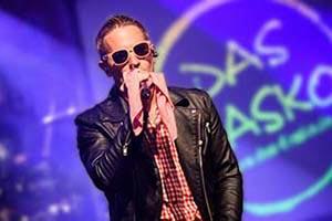 Sänger als Andreas Gabalier verkleidet auf einer Firmenfeier