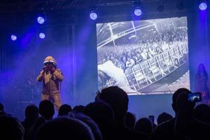 Sänger im Raumfahreranzug singt Major Tom, Im Hintergrund unsere Leinwand